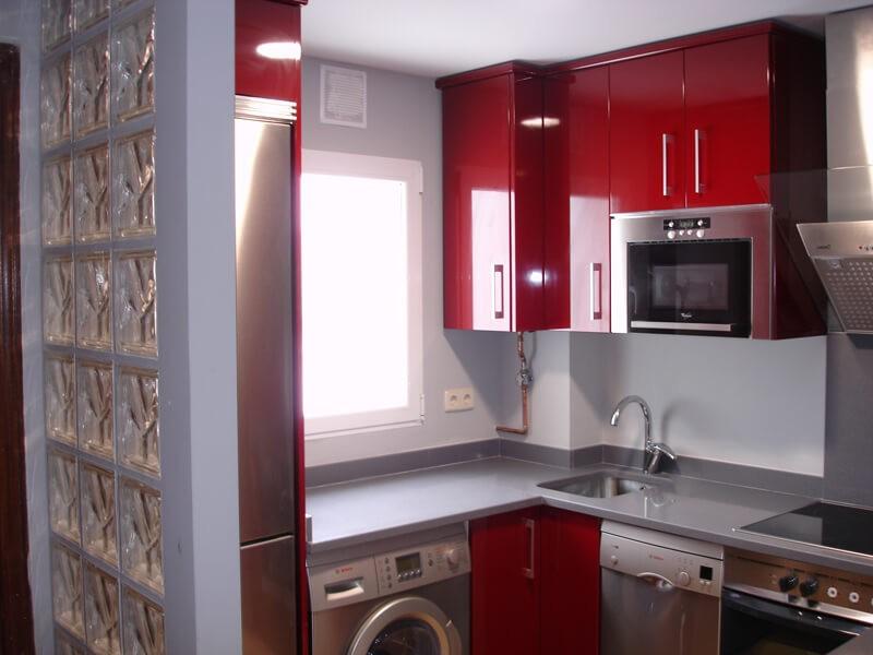 cocina-abierta-pequeña-rojo