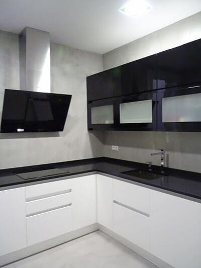 cocina-cerrada-blanco-negro