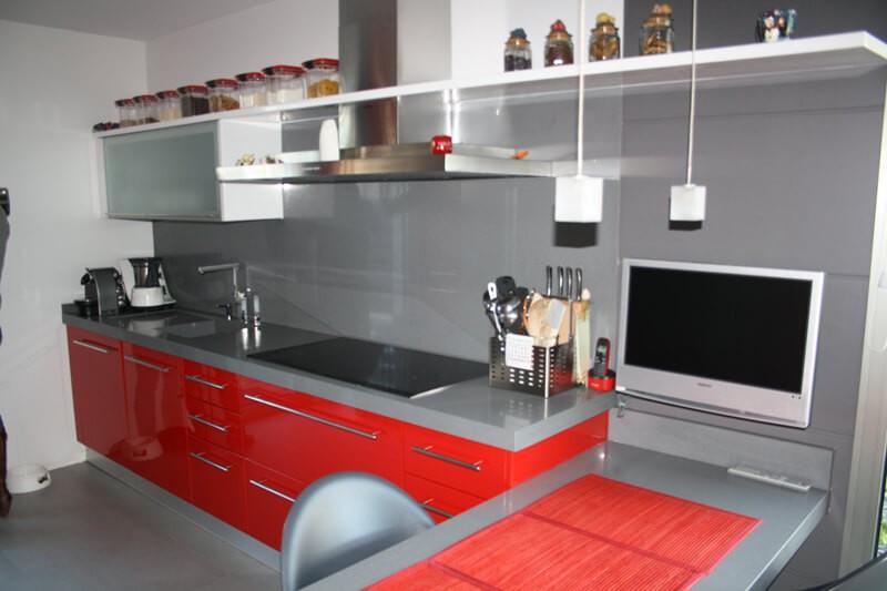 cocina-cerrada-gris-rojo