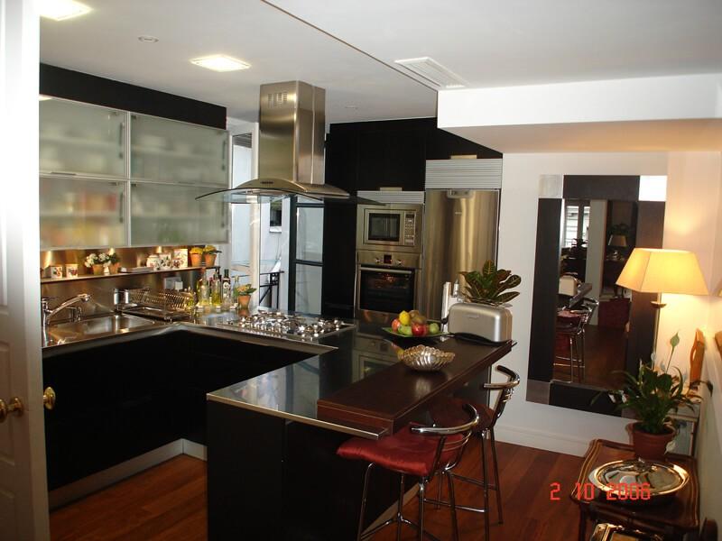cocina-semiabierta-negro-plata