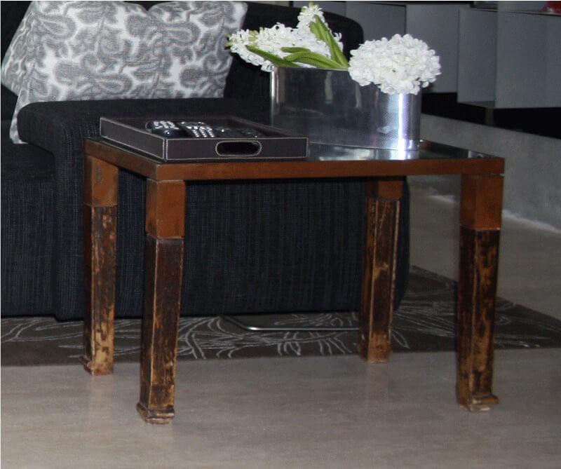 Mesa auxiliar con acabado antiguo