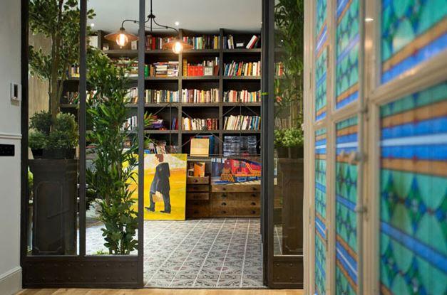 Librería en un piso clásico de Madrid