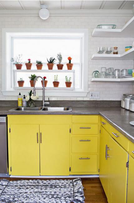 Fregadero y muebles en amarillo