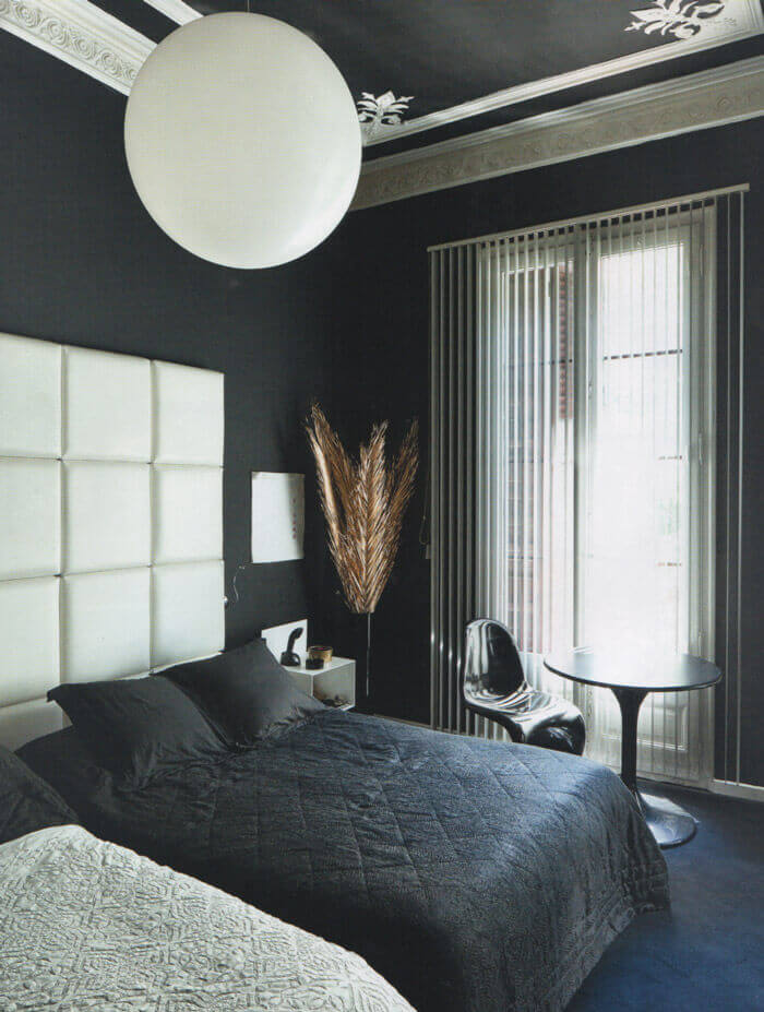 Techo negro con diseño y molduras