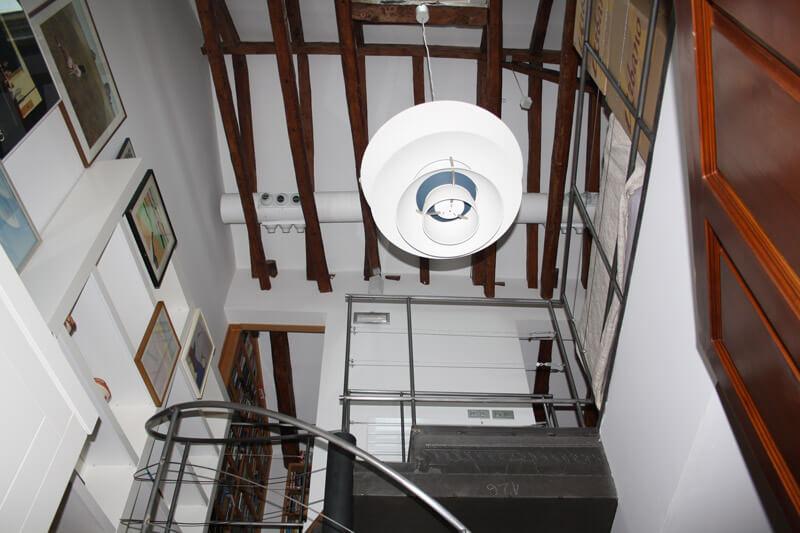 Techo vintage con vigas y tuberías visibles