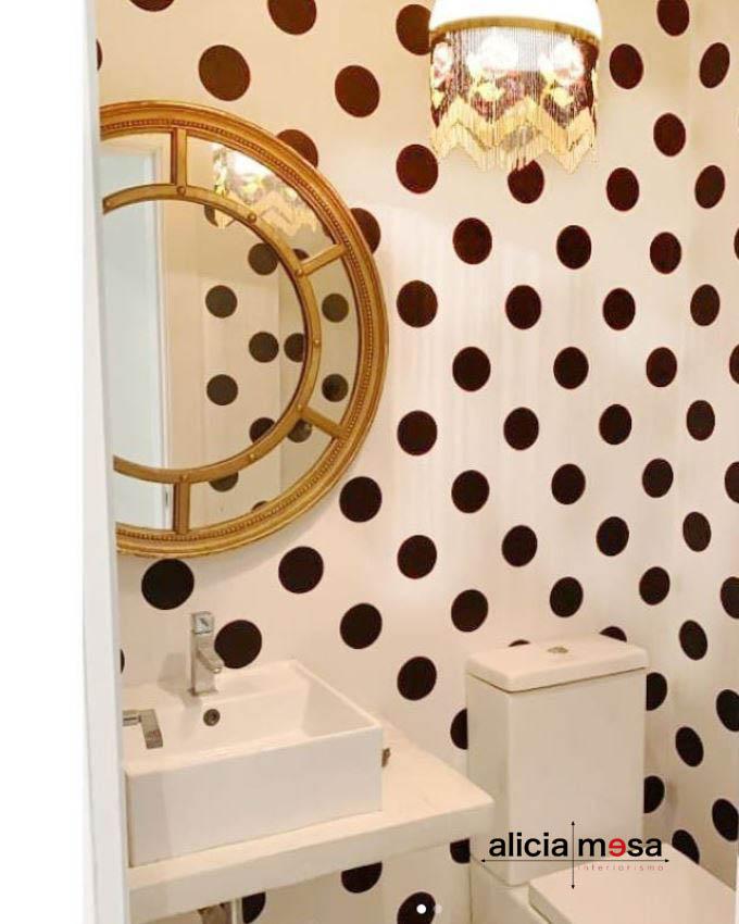 Idea reforma baño bonito con papel de pared de lunares