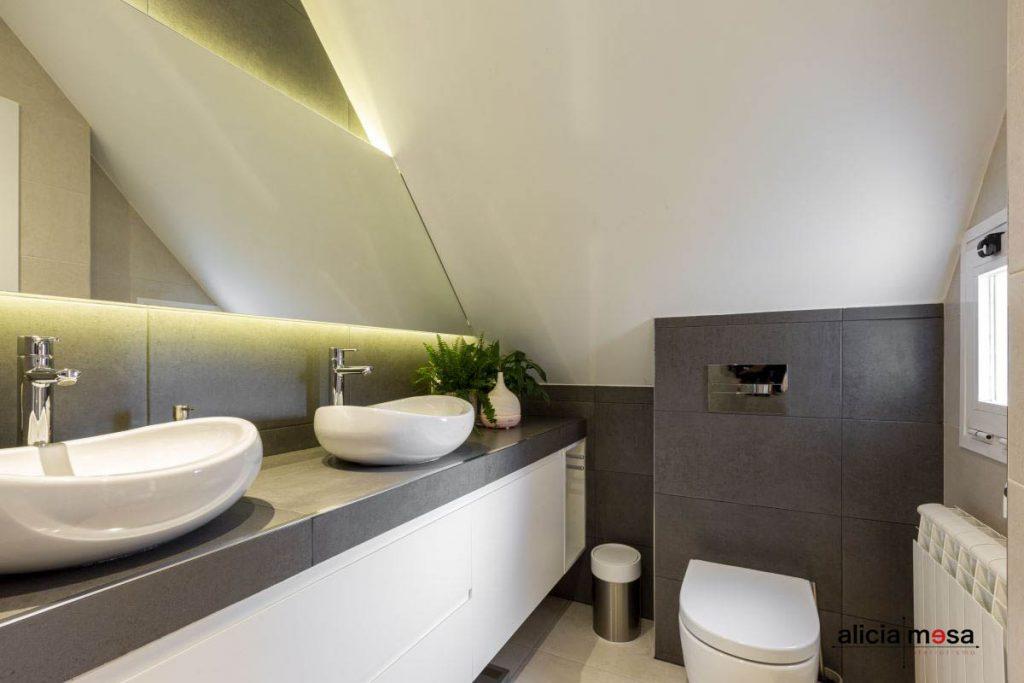Idea reforma baño gris con revestimiento porcelánico