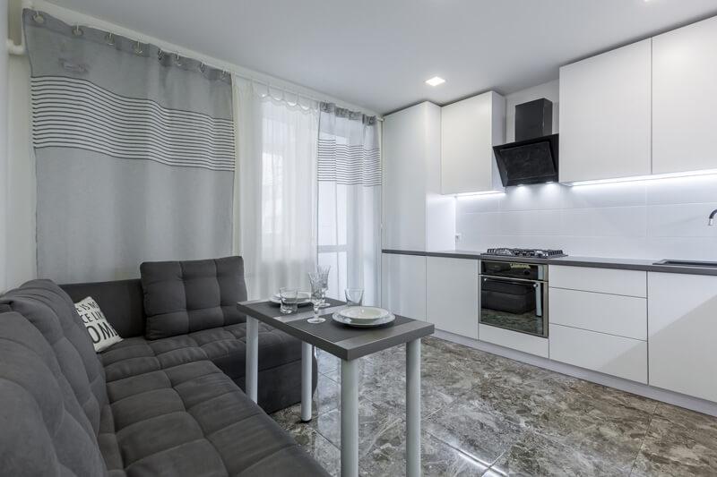 Salón pequeño en tonos grises